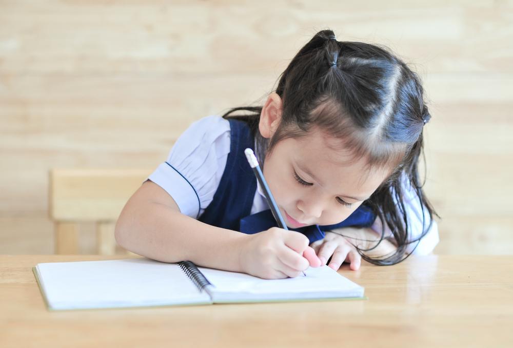 文章を書く女の子